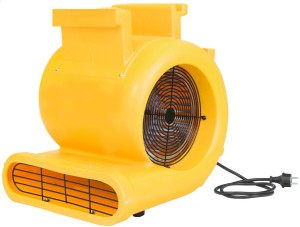 Dmuchawa MASTER CD 5000 (profesjonalna)Zastosowanie przenośnego, wysokowydajnego wentylatora skraca w sposób znaczący proces osuszania wykładzin, dywanów oraz tapicerki meblowej. Silny strumień powietrza zrywa warstwę graniczną wilgotnego powietrza i przyspiesza wielokrotnie proces suszenia.